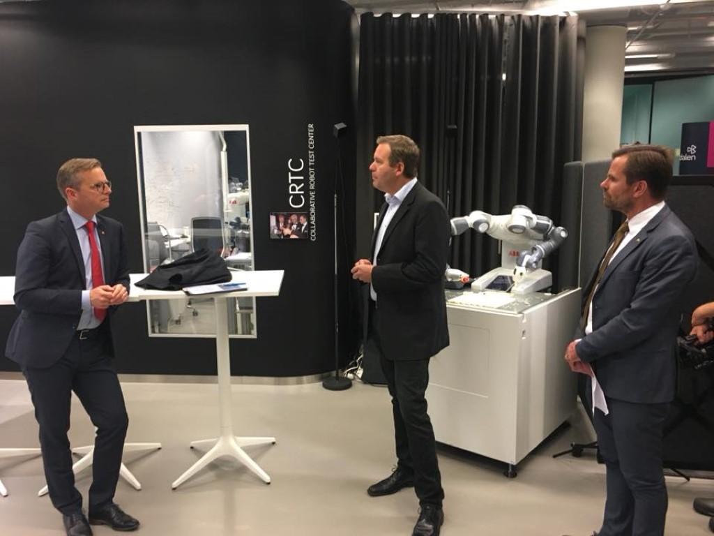 Mikael DAmberg med OpiFlex VD Johan Frisk vid lansering av Robotlyftet